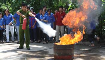 Hướng dẫn cách sử dụng cát chữa cháy (thùng phi và xẻng chữa cháy)
